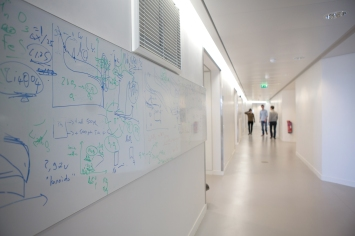 Lab Corridor © Patrick Imbert/Collège de France